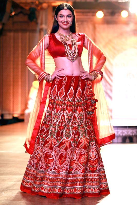 Filmmaker and actress Divya Khosla Kumar walks the ramp displaying an outfit by fashion designer Reynu Taandon during the India Couture Week 2016, in New Delhi on July 22, 2016. - Divya Khosla Kumar