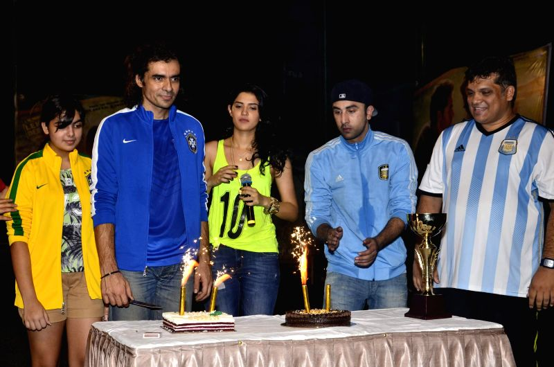 Filmmaker Arif Ali, Bollywood actors Deeksha Seth, Ranbir Kapoor and filmmaker Imtiyaz Ali with his daughter during the football match organised to promote the upcoming film Lekar Hum Deewana Dil in . - Arif Ali, Deeksha Seth and Ranbir Kapoor