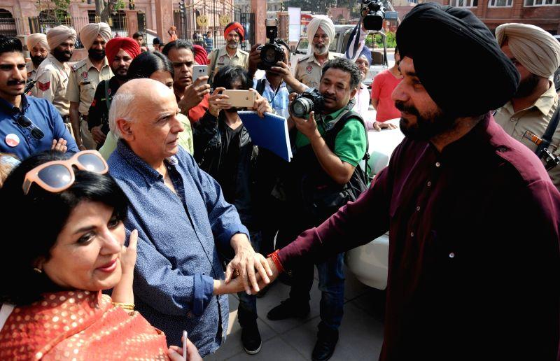 Filmmaker Mahesh Bhatt with Punjab Minister Navjot Singh Sidhu during his visit to Partition Museum, at Town Hall, in Amritsar on April 14, 2017. - Mahesh Bhatt and Navjot Singh Sidhu