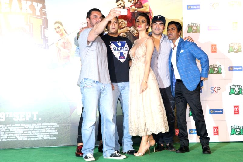 Filmmaker Sohail Khan, Salman Khan, Amy Jackson, Arbaaz Khan and Nawazuddin Siddiqui during the trailer launch of film Freaky Ali, in Mumbai on August 7, 2016. - Sohail Khan, Nawazuddin Siddiqui, Salman Khan and Arbaaz Khan
