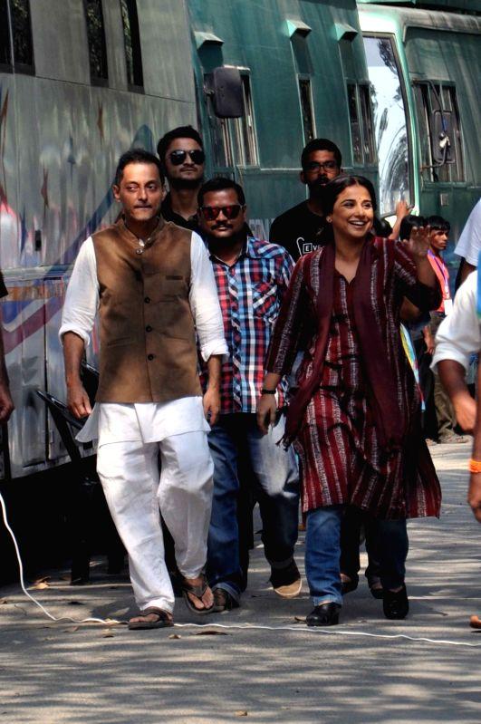 Filmmaker Sujoy Ghosh and Vidya Balan during shooting for their upcoming film `Te3n`in Kolkata on Nov 27, 2015. - Sujoy Ghosh