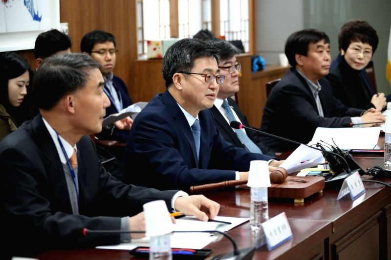 Finance Minister Kim Dong-yeon (2nd from L), who doubles as the deputy prime minister for economic affairs, speaks during a meeting of the steering committee for public institutions at the ... - Kim Dong