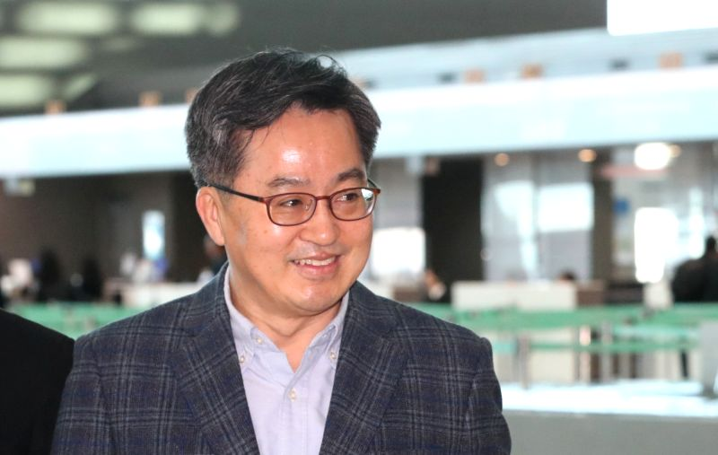 Finance Minister Kim Dong-yeon leaves for Buenos Aires through Incheon International Airport, west of Seoul, on March 16, 2018, to attend the Group of 20 meeting of his counterparts and ...