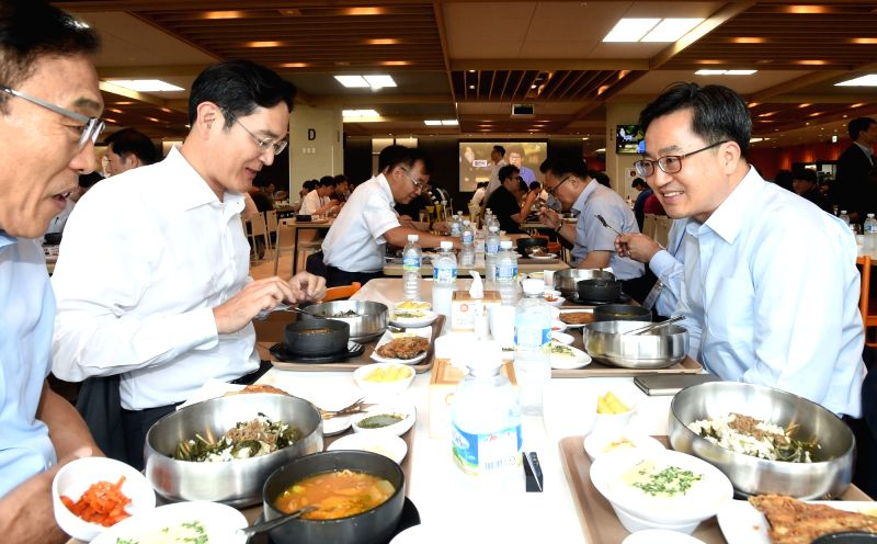 Finance Minister Kim Dong-yeon (R) holds a luncheon meeting with Samsung Electronics Vice Chairman Lee Jae-yong at a restaurant at Samsung Electronics Co.'s factory in Pyeongtaek, ... - Kim Dong