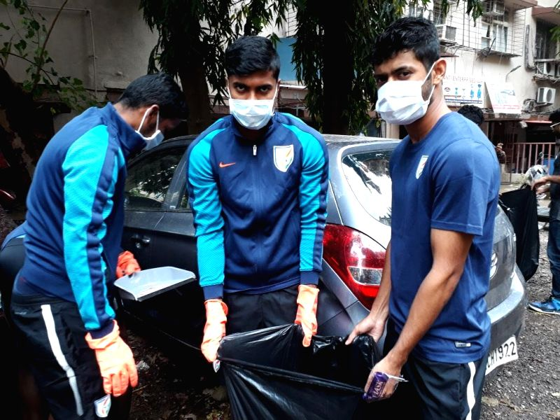 Indian Footballers participate in 'Swachhata Hi Seva - Narendra Modi
