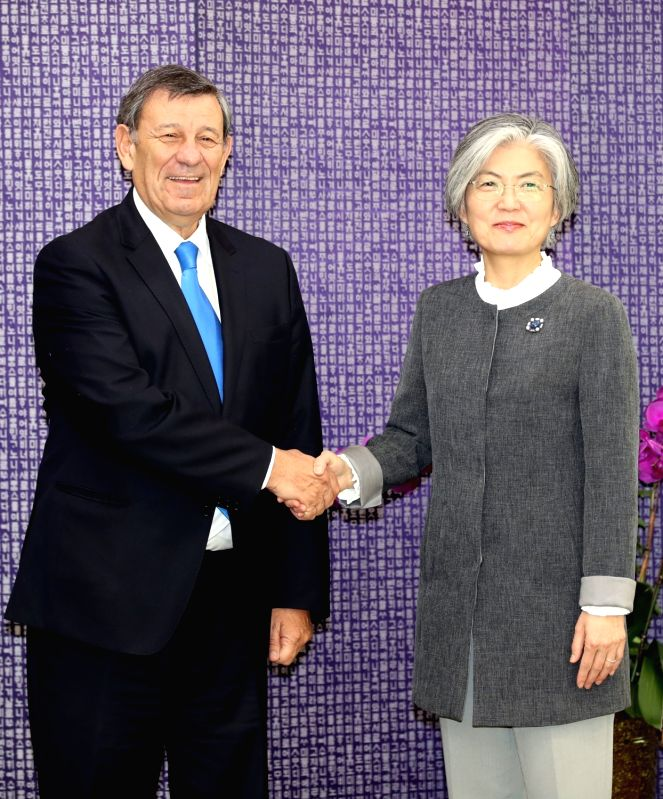 Foreign Minister Kang Kyung-wha (R) meets her Uruguayan counterpart Rodolfo Nin Novoa in Seoul on May 25, 2018. - Kang Kyung