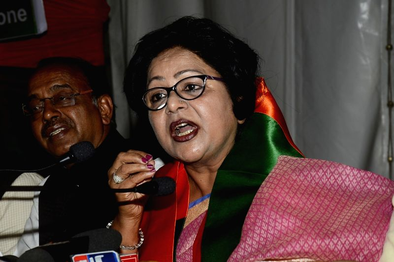 Former Congress leader Barkha Shukla Singh addresses a press conference after joining BJP, in New Delhi on April 22, 2017. Also seen Union Sports Minister Vijay Goel. - Vijay Goel and Barkha Shukla Singh