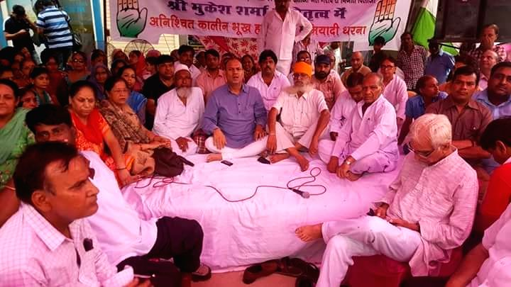 Former Congress MLA Mukesh Sharma sit on 'Indefinite Hunger Strike' over civic issues in unauthorized colonies; in New Delhi on Aug. 6, 2016. - Mukesh Sharma