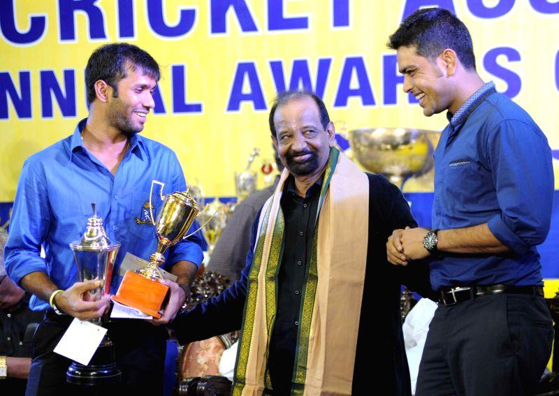 Former cricketer Gundappa Ranganath Viswanath (C) with cricketer Ashok Dinda (L) and Laxmi Ratan Sukla during CAB annual prize distribution ceremony in Kolkata on July 26, 2014.