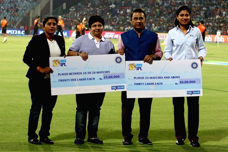 Former Indian cricketer Sunil Gavaskar present One Time Benefit for Women Cricketers Awards to women cricketers Anjum Chopra, Jaya Sharma and Anju Jain during an IPL 2017 match between ... - Anjum Chopra, Jaya Sharma, Anju Jain and Feroz Shah Kotla