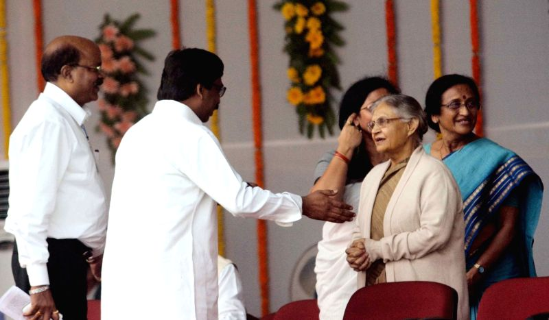 Former Jharkhand Chief Minister and JMM leader Hemant Soren and Former Delhi Chief Minister and Congress leader Sheila Dixit during the swearing-in ceremony of the new JD-U-RJD-Congress ... - Sheila Dixit