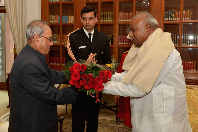 Former Prime Minister and JDS chief HD Deve Gowda greets President Pranab Mukherjee  on his birthday at Rashtrapati Bhawan in New Delhi, on Dec 11, 2015. - Pranab Mukherjee