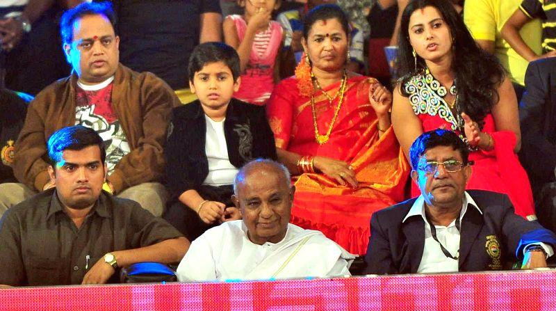 Former Prime Minister H D Deve Gowda witnesses a Pro-Kabaddi League match between Bengaluru Bulls and Jaipur Pink Panthers at Kanteerava Indoor Stadium in Bangalore on Aug 27, 2014.Bengaluru Bulls ... - H D Deve Gowda