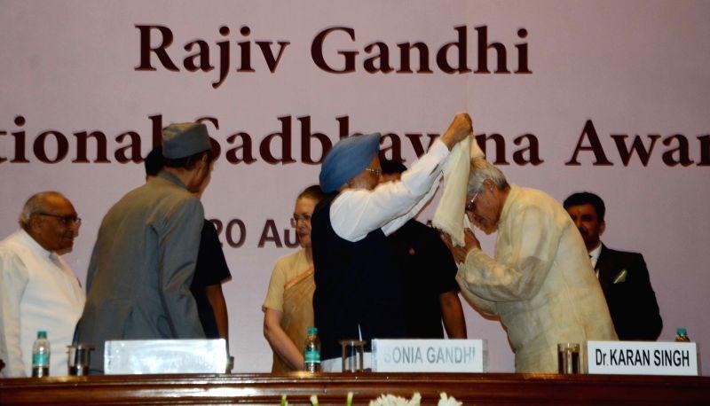 """Former Prime Minister Manmohan Singh and former West Bengal Governor Gopalkrishna Gandhi during the """"Rajiv Gandhi National Sadbhavana Award"""" in New Delhi, on Aug 20, 2018. - Manmohan Singh and Gopalkrishna Gandhi"""