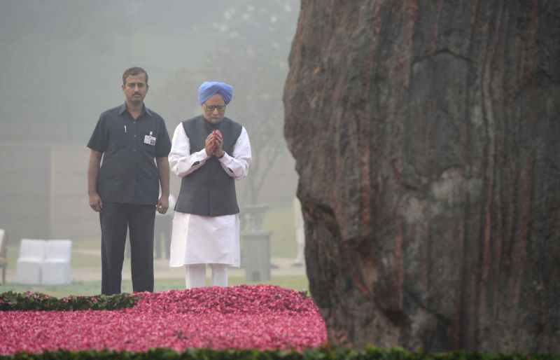 Former Prime Minister Manmohan Singh paying homage at the samadhi of former Prime Minister Indira Gandhi to commemorate her 31st death anniversary at Shakti Sthal, New Delhi on Oct. 31, ... - Manmohan Singh