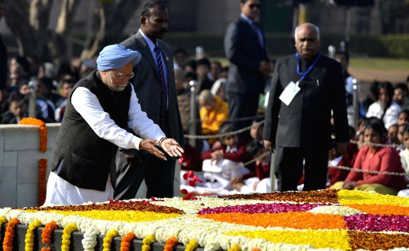 Former Prime Minister Manmohan Singh paying tributes at the samadhi of Mahatma Gandhi on his death anniversary in New Delhi on Jan. 30, 2018. - Manmohan Singh