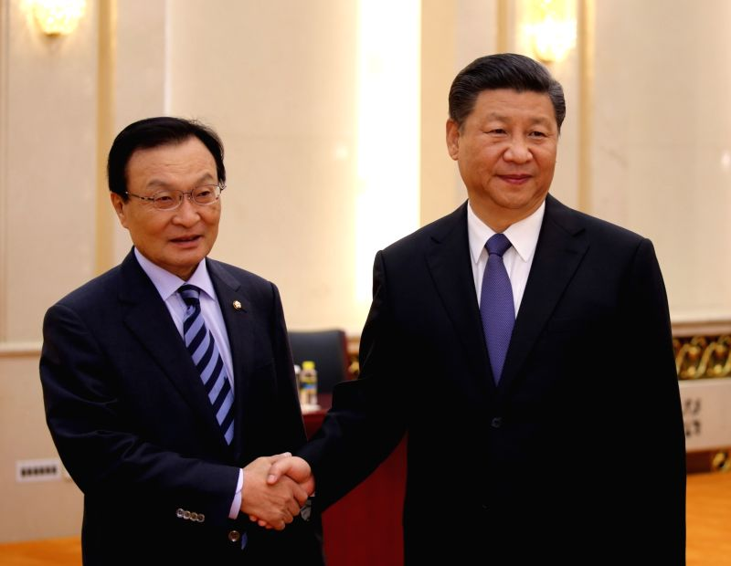 Former South Korean Prime Minister Lee Hae-chan (L), a special envoy of South Korean President Moon Jae-in, poses for a photo with Chinese President Xi Jinping during their meeting at the Great Hall ... - Lee Hae