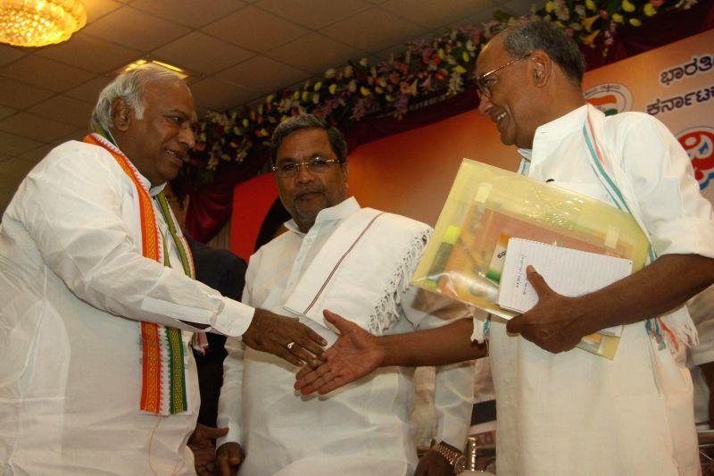 Former Union Minister Mallikarjuna Kharge greeting Congress Karnataka incharge Digvijaya Singh and Chief Minister K Siddaramaiah during the Congress Representatives Meeting, at Palace Grounds, in ... - Mallikarjuna Kharge and Digvijaya Singh