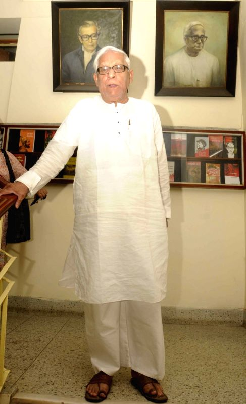 Former West Bengal chief minister Buddhadeb Bhattacharjee arrives to attend a Left front meeting in Kolkata on May 13, 2016. - Buddhadeb Bhattacharjee