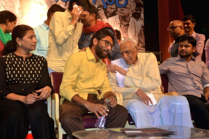 Freedom Fighter HS Doreswamy with film-maker Kavitha Lankesh, Gujarat MLA Jignesh Mevani and former JNU students' union president Kanhaiya Kumar during a programme organised on Gauri ... - Kanhaiya Kumar