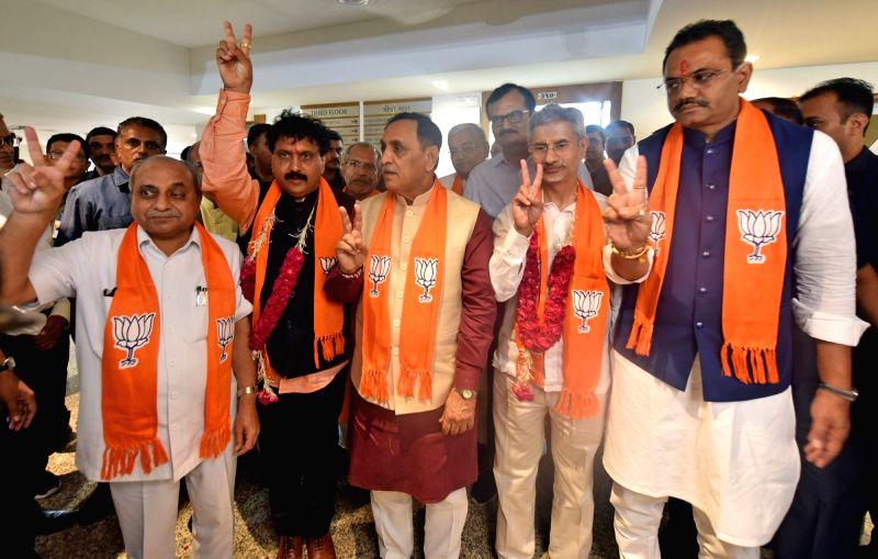 Gandhinagar: External Affairs Minister S. Jaishankar and BJP's Gujarat OBC Cell President Jugalji Thakor accompanied by Gujarat Chief Minister Vijay Rupani, Deputy Chief Minister Nitinbhai Patel and Gujarat BJP President Jitu Vaghani, show victory si