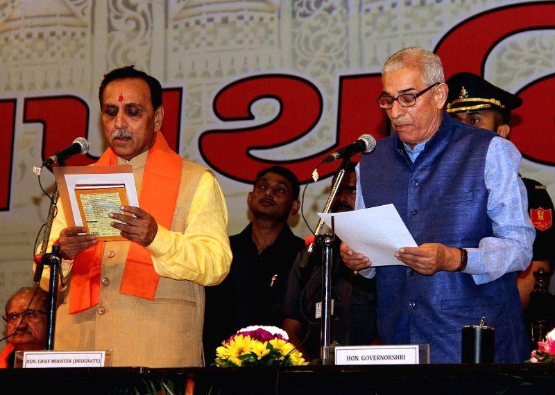 Gandhinagar : Gujarat Governor O P Kohli administers oath of Chief Minister's office to Vijay Rupani during a swearing-in ceremony in Gandhinagar on Aug 7, 2016. - O P Kohli