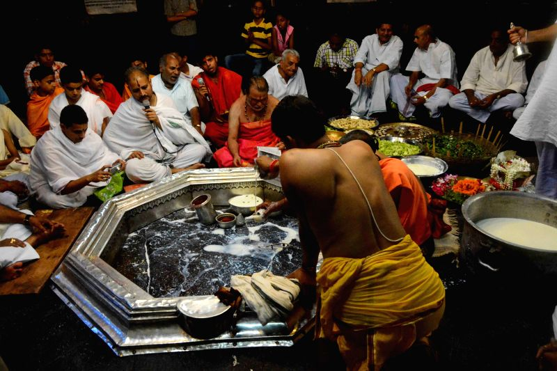 People perform yagna to pray for the victims of Nepal earthquake at Vishnupad Mandir in Gaya on April 27, 2015.