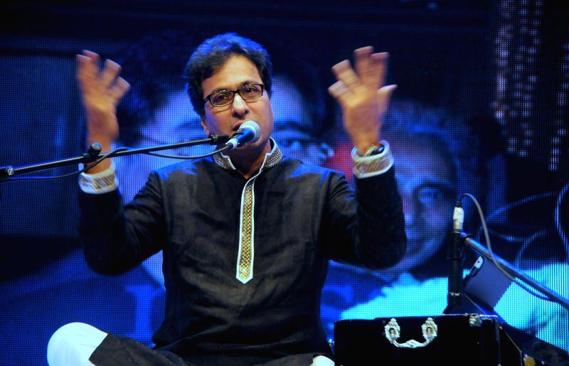 Ghazal singer Talat Aziz Performing during the Jagjit Singh's brother Kartar Singh's book launch in Mumbai on July 18, 2014. - Jagjit Singh