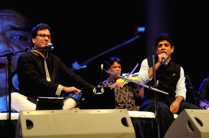Ghazal singer Talat Aziz performing with Saurabh Daftary during the Jagjit Singh's brother Kartar Singh's book launch in Mumbai on July 18, 2014. - Jagjit Singh