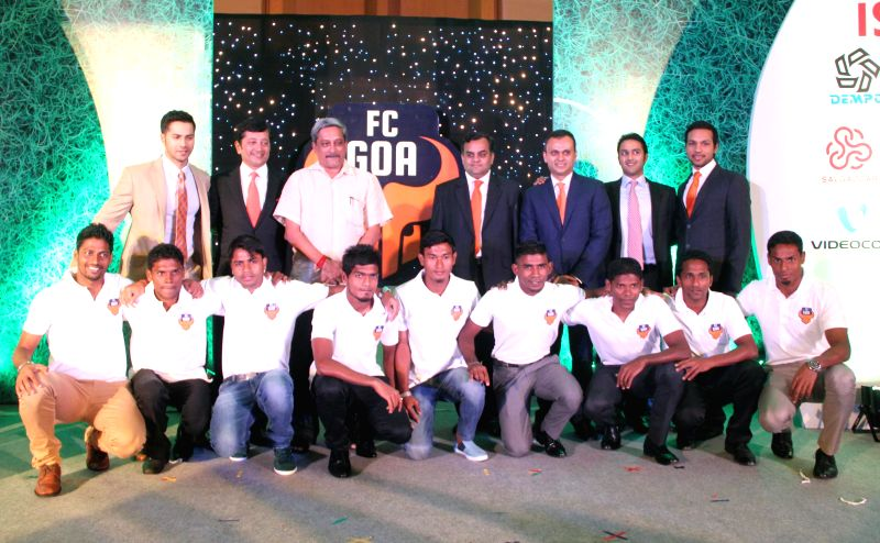 Goa Chief Minister Manohar Parrikar, actor Varun Dhawan, businessmen Shrinivas Dempo, Dattaraj Salgaocar and the players of Goa football team for ISL tournament in Panaji on Aug 26, 2014. - Manohar Parrikar