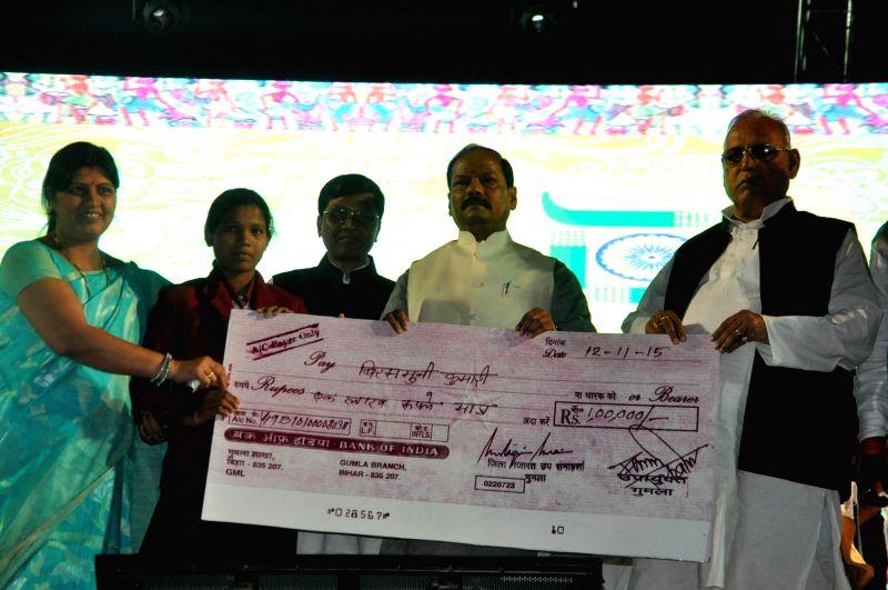 Governor Jharkhand Draupadi Murmu (C) and Chief Minister Raghubar Das felicitates people on the occasion of birth anniversary of legendary Freedom Fighter Birsa Munda and 15th statehood ... - Raghubar Das and Fighter Birsa Munda