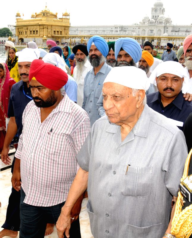 Governor of Chhattisgarh Balram Das Tandon pays obeisance at the Golden Temple in Amritsar on Sept 1, 2014.