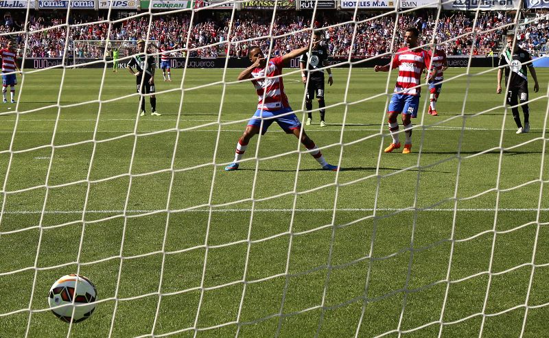 Granada's Moroccan Youssef El-Arabi (C) celebrates after scoring a penalty shot against Cordoba during their Spanish Primera Division league's match at Los Carmenes stadium, in Granada, ...