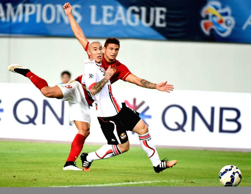 Elkeson (Rear) of Guangzhou Evergrade takes a goal shot during the AFC Champions League football match against Seoul FC in Guangzhou, China, on Feb. 25, 2015. ...