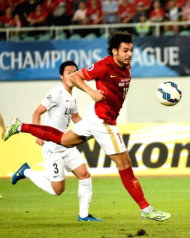Goulart Pereira (R) of China's Guangzhou EverGrande competes during the group H match against Japan's Kashima Antlers at the 2015 AFC Champions League in ...