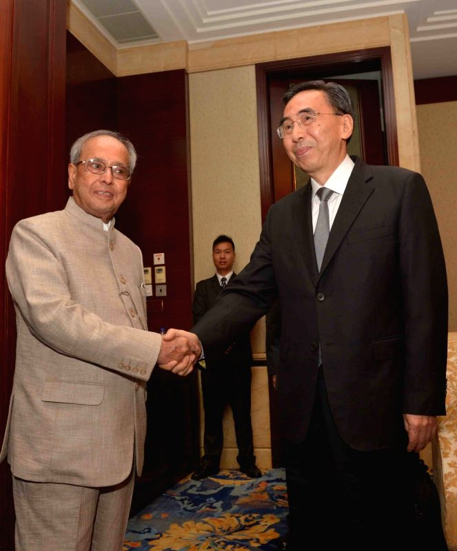 Guangzhou: President Pranab Mukherjee meets the Governor of Guangdong Province Zhu Xiaodan, in Guangzhou, China, on May 25, 2016. - Pranab Mukherjee