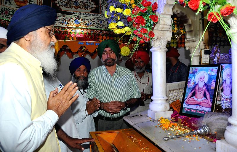 Punjab Chief Minister Parkash Singh Badal pays obeisance at the Samadhi of Baba Namdev on the  first day of Marathi Sammelan in Ghumaan, near Gurdaspur on April 3, 2015. - Parkash Singh Badal