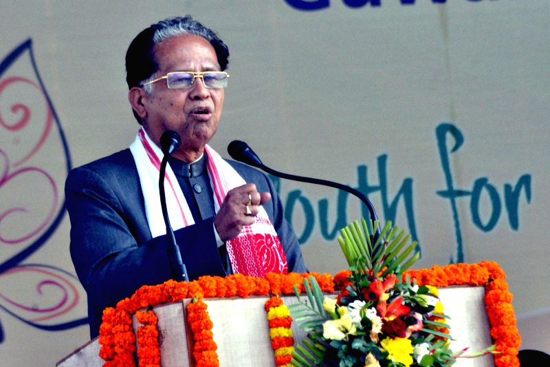 Assam Chief Minister Tarun Gogoi addresses during the closing ceremony of the 19th National Youth Festival, in Guwahati on Jan 12, 2015. - Tarun Gogoi