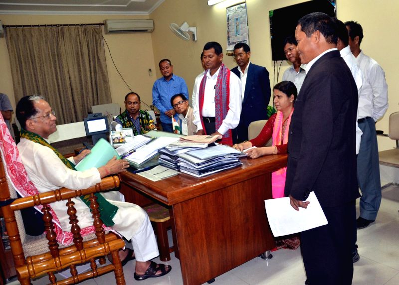 Assam Chief Minister Tarun Gogoi interacts with a delegation of United Bodo People's Organization (UBPO) at his residence in Guwahati on March 6, 2015. - Tarun Gogoi