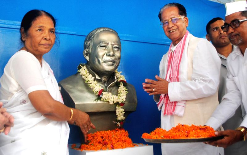 Assam Chief Minister Tarun Gogoi and Dr. Hemopraha Saikia, (wife of former chief minister late-Hiteshwar Saikia) pay tribute to Hiteshwar Saikia on his death anniversary at Rajiv Bhawan in ... - Tarun Gogoi