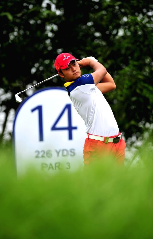 Cao Yi of China competes in the 2014 China Tour-PGA Tour China Series Mission Hills Haikou Open in Haikou, capital of south China's Hainan Province, April 17, 2014.