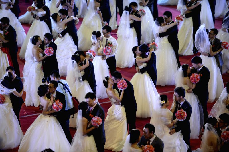 Two hundred couples who are alumni of Zhejiang University attend a group wedding at the university in Hangzhou, capital of east China's Zhejiang Province, May 17, ..