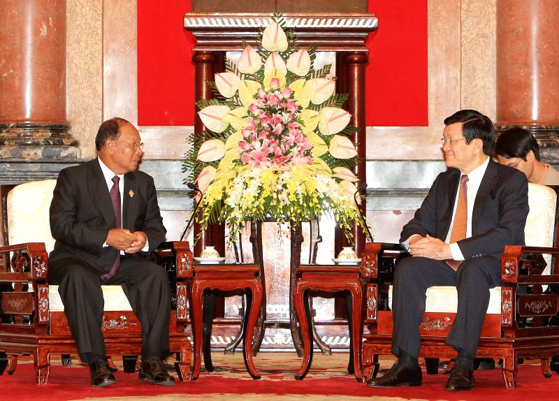 Vietnamese President Truong Tan Sang (R) meets with the visiting President of the National Assembly of Cambodia Heng Samrin during the latter's ongoing visit to ...
