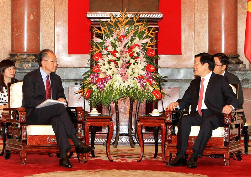 Vietnamese President Truong Tan Sang (R Front) meets with visiting President of the World Bank Jim Yong Kim in Hanoi, Vietnam, July 17, 2014. Jim Yong Kim paid a ...