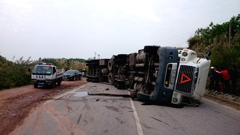Photo taken on Dec. 16, 2014 shows the site of a traffic accident in Quang Ninh province, north Vietnam. Six people died and eight others injured while a coach collided with a container truck .