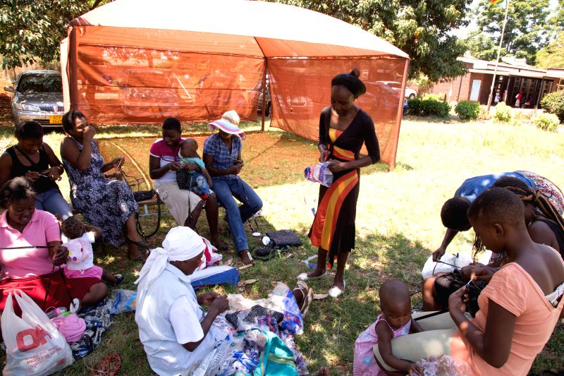 Harare (Zimbabwe): Farai Chinhoyi explains how to make handbags out of recycled plastic at a workshop in Warren Park Polyclinic, southern suburbs of Harare, Zimbabwe, November 28, 2014. Chinhoyi is a