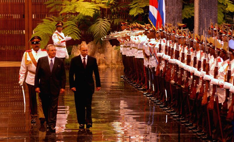 Cuban President Raul Castro (L, front) and his Russian counterpart Vladimir Putin (R, front) inspect the guard of hohor during a welcome ceremony in Havana city, ...