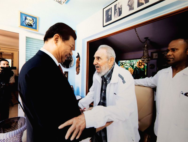 Chinese President Xi Jinping (L) visits Cuban revolution leader Fidel Castro in Havana, capital of Cuba, July 22, 2014.