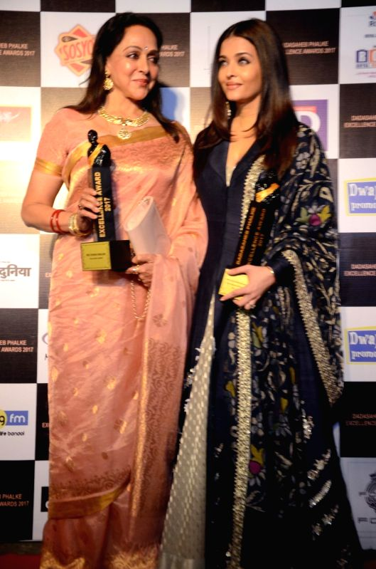 Hema Malini and Aishwarya Rai Bachchan with Dadasaheb Phalke award trophy in Mumbai on April 21, 2017. Hema Malini received the Kala Shree Award and Aishwarya Rai Bachchan received the Best ... - Hema Malini and Aishwarya Rai Bachchan