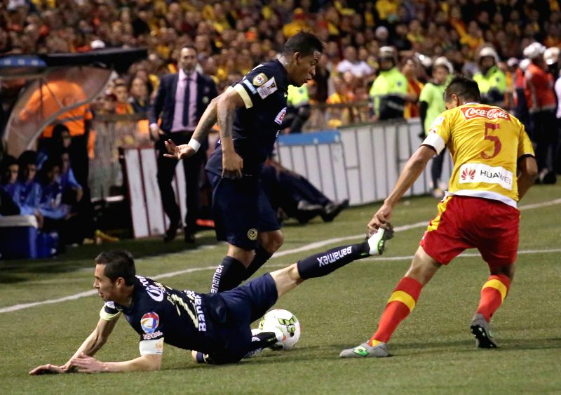 Esteban Granadosa (R) of Costa Rica's CS Herediano vies for the ball with Paulo Goltz (L) of Mexico's Club America during the semifinal of CONCACAF's Champions ...
